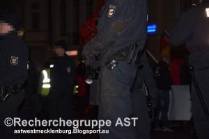 Deutschland wehrt sich - Demo - 21_03_16 - Schwerin - Polizei Pfefferspray Tonfa